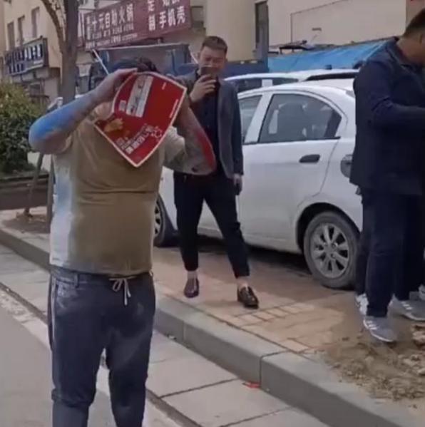 河南一男子庆贺生孩子,被朋友用粘鼠板恶搞,撕都撕不下来 全球新闻风头榜 第2张