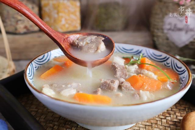 """羊肉汤怎么做,煮羊肉汤时,记住""""2用1多放"""",汤奶白浓郁,膻味小味道鲜香"""