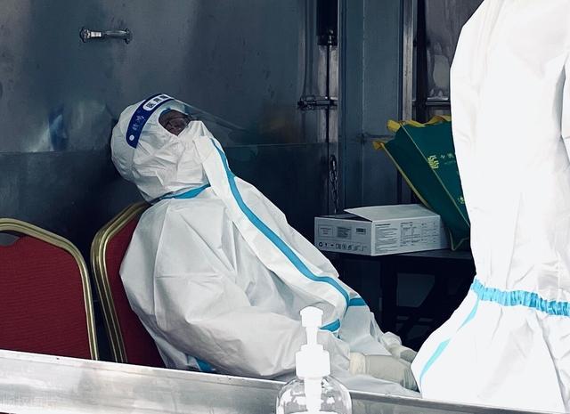肺炎疫情重挫,经济低迷,造成百业凋,开支却猛增灾祸来临