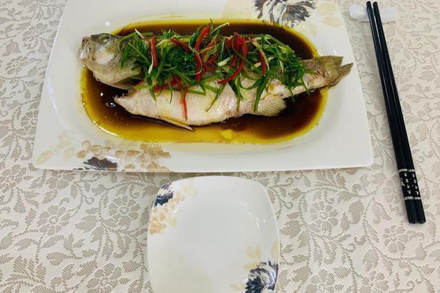 鲈鱼清蒸怎么做,教你清蒸鲈鱼的做法,国宴大师就是这么做的,简单又好吃