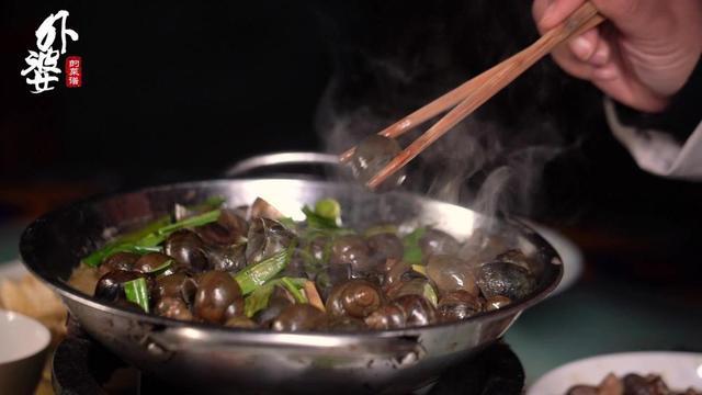 螺的吃法,你吃过会透光的田螺吗?吃它直接带壳咬碎,螺肉弹软鲜香