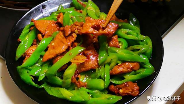 小炒肉的做法,做辣椒炒肉,切记别加油就炒,多加1步,辣椒咸香入味,香而不呛