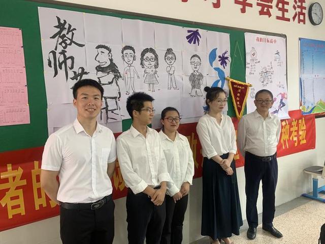学生老师漫画,衢州一初三班级学生画老师漫画像挂教室;老师:猝不及防,很感动