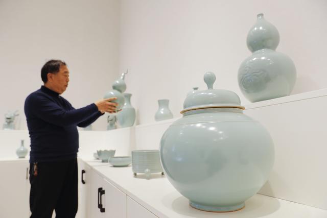 """属牛摆件,#(经济)河南""""汝瓷之乡""""生肖牛产品生产忙"""