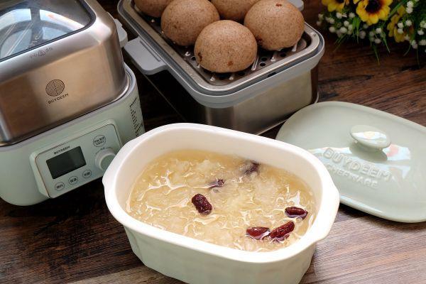 银耳红枣汤的做法,红枣银耳汤+红糖桂圆黑全麦馒头