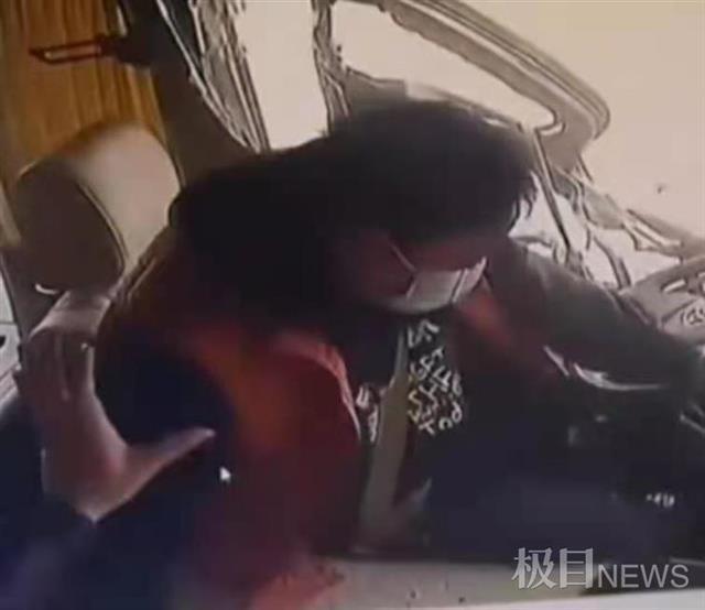遭货车铁板猛烈撞击,江西一客车司机紧握方向盘救下17人,现已脱离生命危险 全球新闻风头榜 第2张