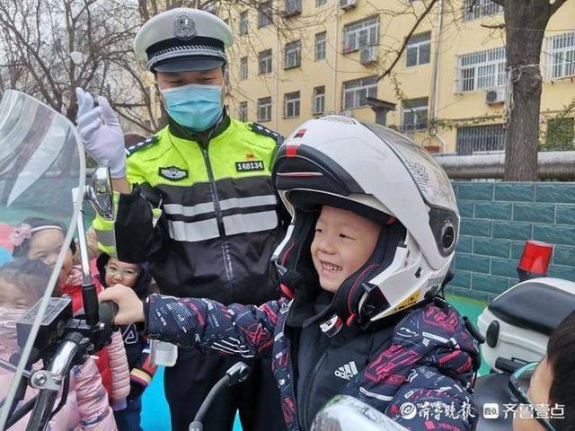 小学生交通安全知识,互动游戏中宣讲交通安全知识,聊城铁骑交警走进幼儿园