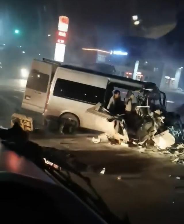河南汤阴一小型客车撞上货车,已致6死5伤 全球新闻风头榜 第1张