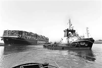 救援船只在苏伊士运河对受困的超重型海船