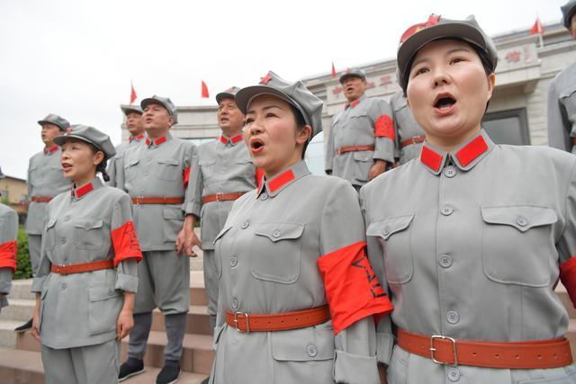 在红军万里长征考虑史料馆大门口 副馆长钟敏已经给参观考察