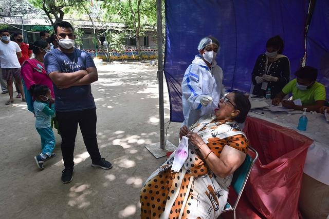 印度疫情恶化致物资紧缺 医院花3倍价格从黑市买氧气
