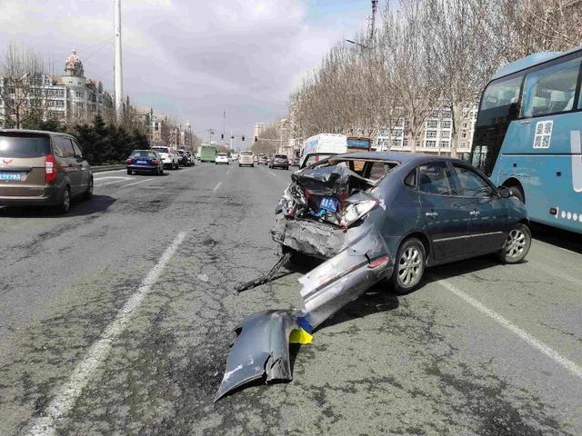 突发!哈尔滨一大货车连撞21车,车祸现场长达1.5公里…… 全球新闻风头榜 第3张