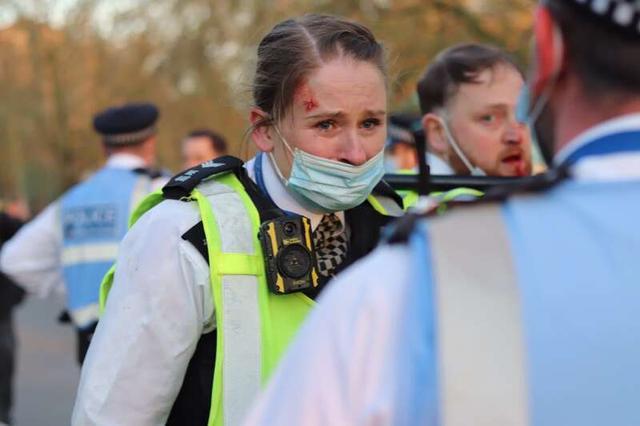 英国爆发反封锁暴力冲突:警察头破血流 和抗议者扭打一团 全球新闻风头榜 第4张