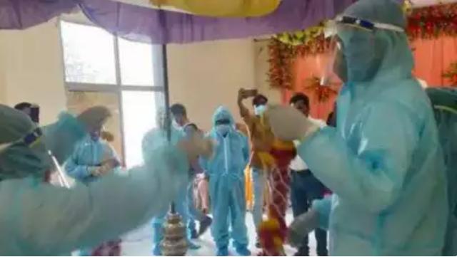 印度新郎大喜前确诊,家人坚持婚礼按时办,全员穿防护服办喜事 全球新闻风头榜 第1张