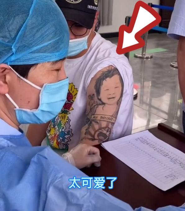 """给""""宝宝""""加个朱砂痣!男子打疫苗因文身太可爱走红,医生:不忍下手 全球新闻风头榜 第1张"""