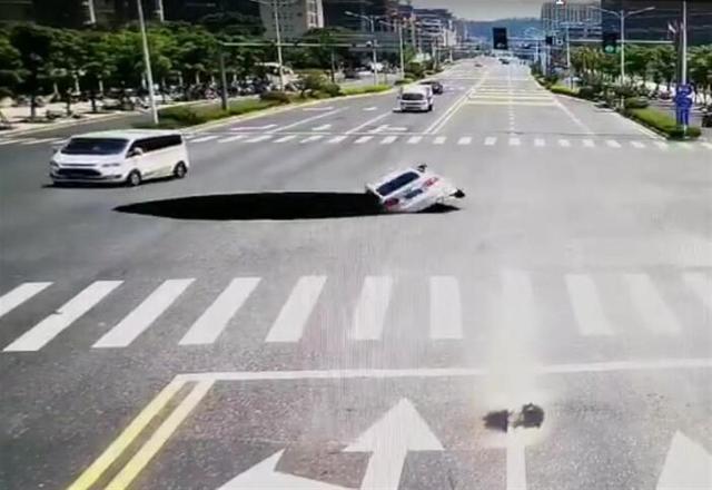 江西吉安一路面塌陷,一辆轿车翻落深坑 全球新闻风头榜 第1张