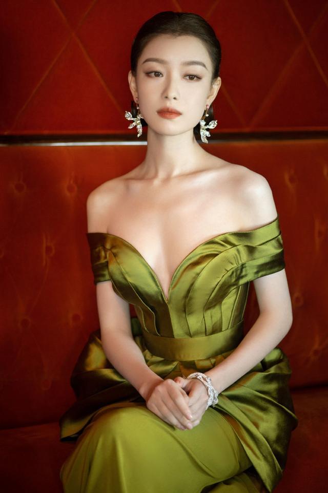 倪妮一袭复古绿花萼裙搭配玉兰耳环 复古编发尽显端庄 全球新闻风头榜 第8张