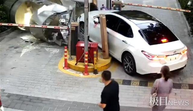 深圳一女司机误踩油门,撞毁小区岗亭致保安骨折