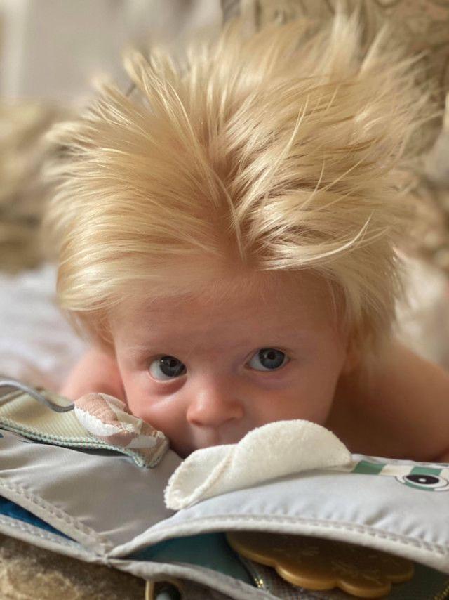 英国婴儿,俄三月大婴儿一头蓬松金发酷似约翰逊