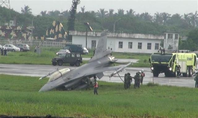汉光演习预演 台空军一架F16战机冲出跑道插进土里