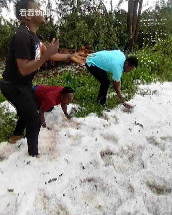 非洲赤道国家居然下雪了 男女老少穿短袖玩疯了 全球新闻风头榜 第1张