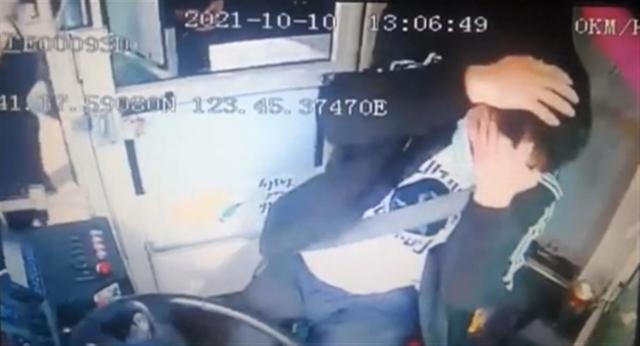 辽宁一女子锤击公交司机,致其头破血流缝6针 全球新闻风头榜 第1张