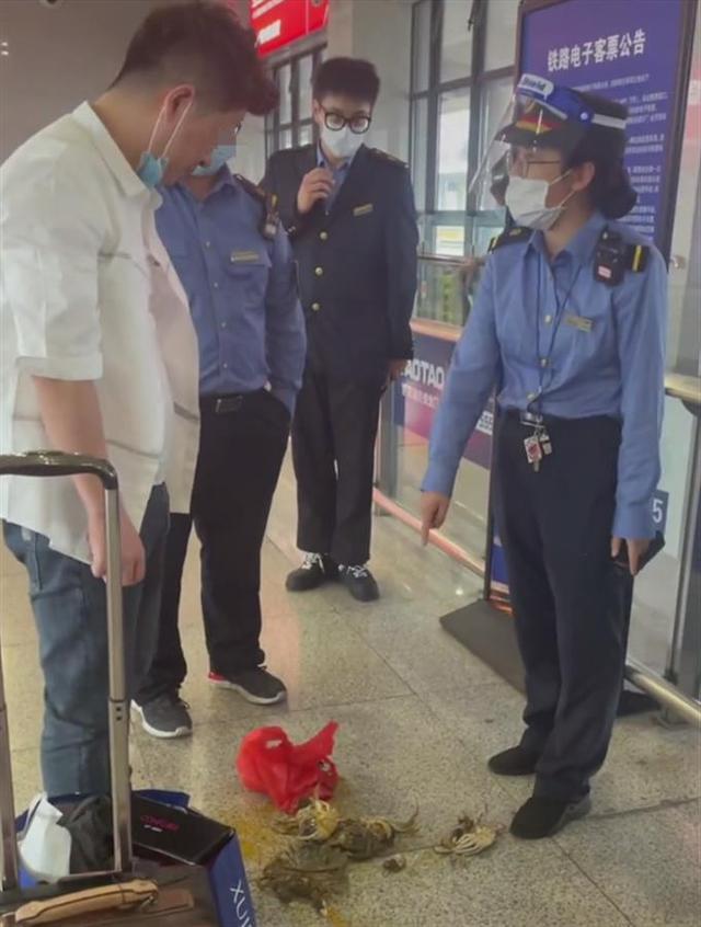 乘务员不让带活螃蟹上高铁,男子踩死8只后带上车