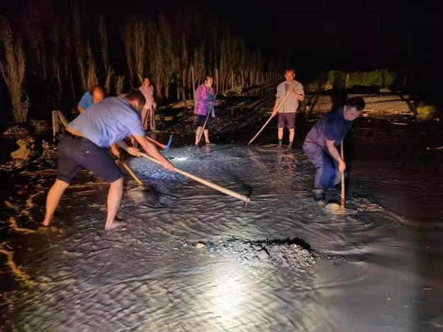 新疆和硕:警民携手深夜抗洪,谱写警民鱼水情 全球新闻风头榜 第2张