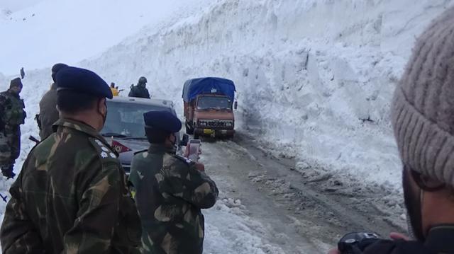 印媒:经过全力铲雪,通往中印边境的军民两用公路提前40天开通 全球新闻风头榜 第1张