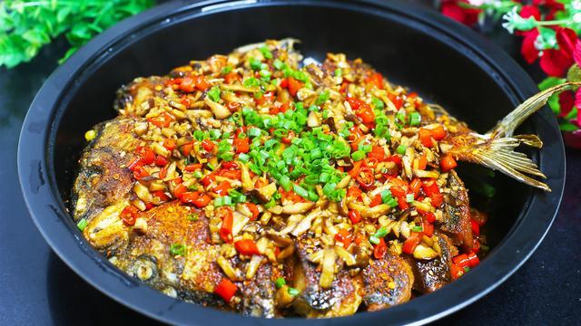 鲤鱼怎么做好吃,鲤鱼最好吃的做法,不用炒不用蒸,比红烧的好吃,越吃越香超过瘾