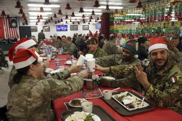 """美国的节日,疫情再严重,圣诞也得过!美国国防部为全球美军送""""外卖"""""""