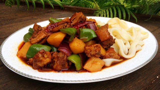 新疆大盘鸡的正宗做法,正宗新疆大盘鸡,家常做法,土豆软糯酥滑,鸡肉鲜香嫩,面也入味