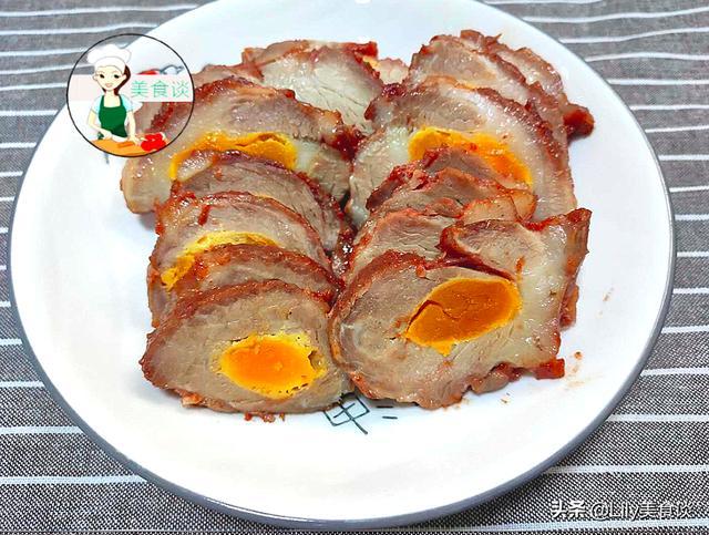 咸鸭蛋的吃法,猪肉里塞入咸蛋黄,不加一滴水直接焖,鲜到流口水,儿子嫌做少了
