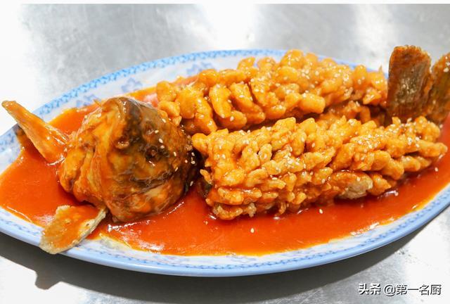 松鼠鱼的做法,大厨分享糖醋松鼠鱼做法,讲解怎样改刀,腌制过油和熬糖醋汁技巧