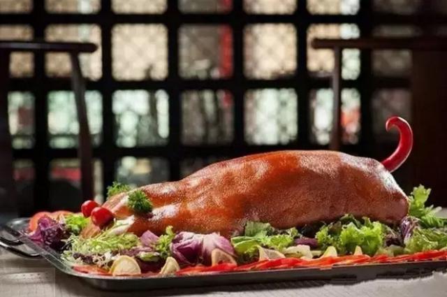 乳猪的吃法,脆皮乳猪成菜油光明亮,色泽诱人造型喜庆