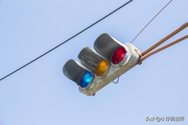 红绿灯图片,为什么日本的交通灯使用蓝色灯而不是绿色灯?