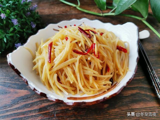 酸辣土豆丝的做法,在家做酸辣土豆丝的小技巧,土豆丝不粘锅,辣椒炸不焦,酸辣可口