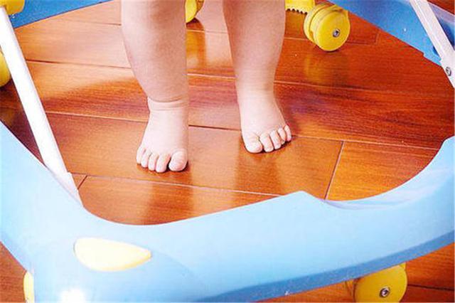 夏天婴儿,夏天宝宝能不能光脚?儿科医生给出提醒,家长:后悔现在才知道