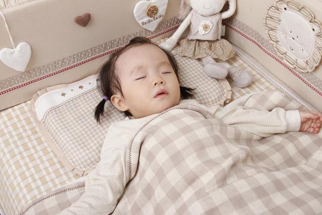 婴儿什么时候用枕头,宝宝多大用枕头,最好别低于这个月龄,选购注意这三点