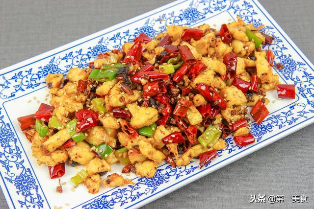 辣子鸡丁的做法,一块鸡胸肉,看厨师长如何恰当掌握火候,烧出令人垂涎的辣子鸡丁