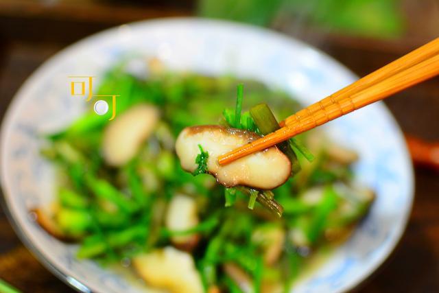 水芹菜的吃法,清明去乡下,2元钱买了一把水芹菜,与香菇一起炒清香爽口