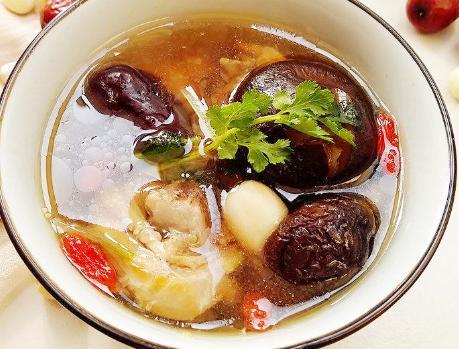 鸡汤的做法,炖鸡汤,直接下锅炖是不对的,难怪口感差,大厨:教你正确做法