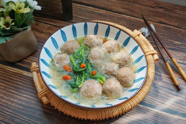 牛肉丸子汤的做法,牛肉丸与它这样煮成汤,汤汁鲜香味美,一碗吃下去饱腹又营养均衡