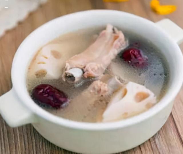 排骨汤怎么炖最好喝,炖排骨汤,别直接焯水,掌握4个关键技巧,保证鲜美浓白,非常香