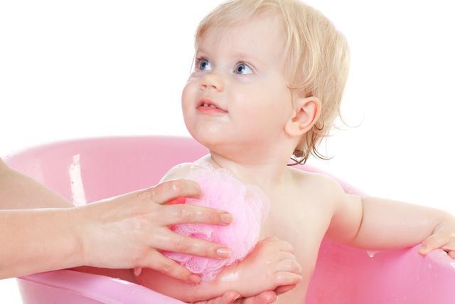 婴儿鹅口疮最早期图片,孩子口里出现白膜?来区分一下鹅口疮与白喉吧