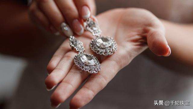 银手镯变黑怎么清洗,银饰变黑怎么办?珠宝专家教你七招简单又有效的银饰保养清洁方式