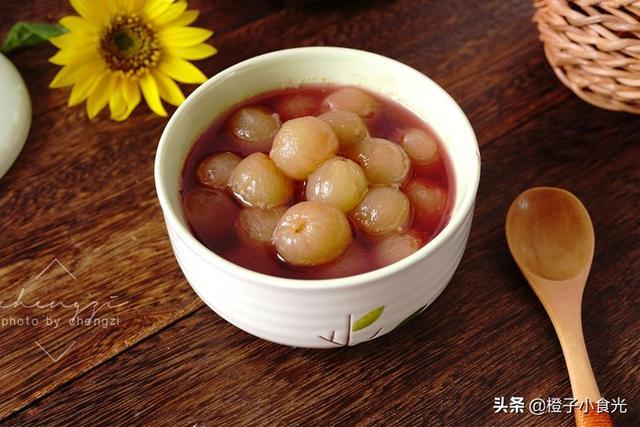 葡萄的吃法,入秋后,葡萄别酿酒了,加点冰糖煮一煮,滋润又美味,放半年不坏