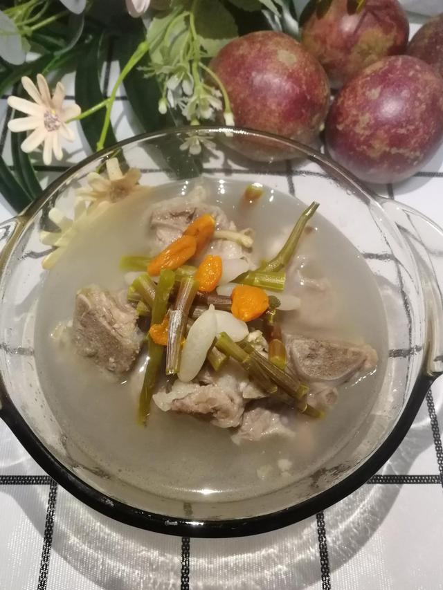 新鲜石斛的吃法,入冬,为家人做一道,鲜石斛骨头汤,润润肺,汤水清甜又滋阴