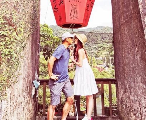 温碧霞晒全家福庆父亲节 夫妻结婚20年甜蜜亲吻仿若热恋