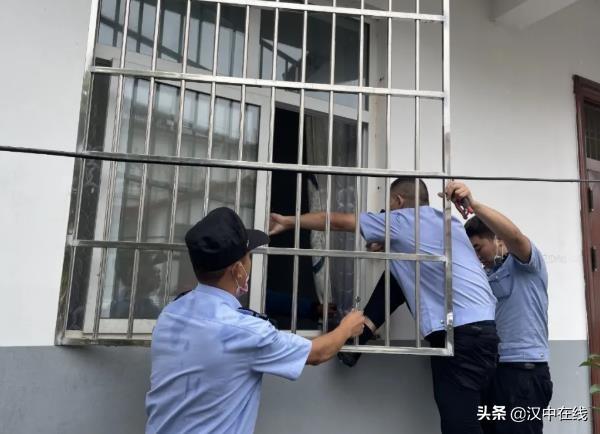 宁强一独居老人不慎将自己反锁在家,外地务工儿子电话求助民警